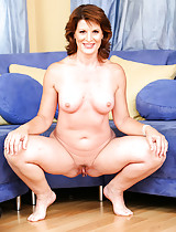 Mature older cougar milf shows off her naked tits and pussy